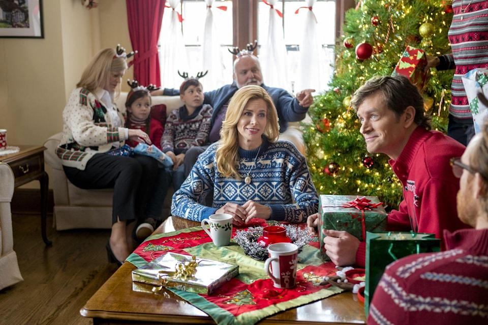 <p>It's the holiday season, so flight attendant Sydney (Brooke Burns)<br>returns a package that a little girl accidentally left on a flight. Naturally, this leads to her spending Christmas at the girl's house and falling in love with her dad (Tom Everett Scott).</p>