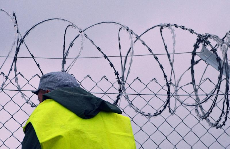 A new part of the metal fence is built by Hungarian prisoners from the Csilla jail of Szeged town at the Hungarian-Serbian border near Roszke village, on September 11, 2015 (AFP Photo/Csaba Segesvari)
