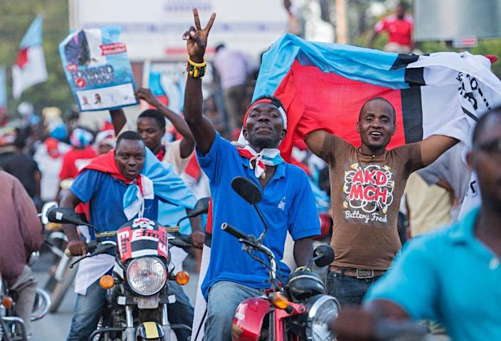 Supporters of the opposition Chadema party celebrate outside a polling station in Dar es Salaam on October 27, 2015 (AFP Photo/Daniel Hayduk)