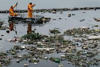 """<p>View of floating debris carried by the tide and caught by the """"eco-barrier"""" before entering Guanabara Bay, at the mouth of Meriti river in Duque de Caxias, next to Rio de Janeiro, Brazil, on July 20, 2016. (Yasuyoshi Chiba/AFP/Getty Images)</p>"""