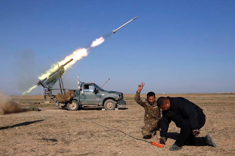 Abbas Brigade fighters fire towards enemy positions from Badush (AFP Photo/Mohammed SAWAF)