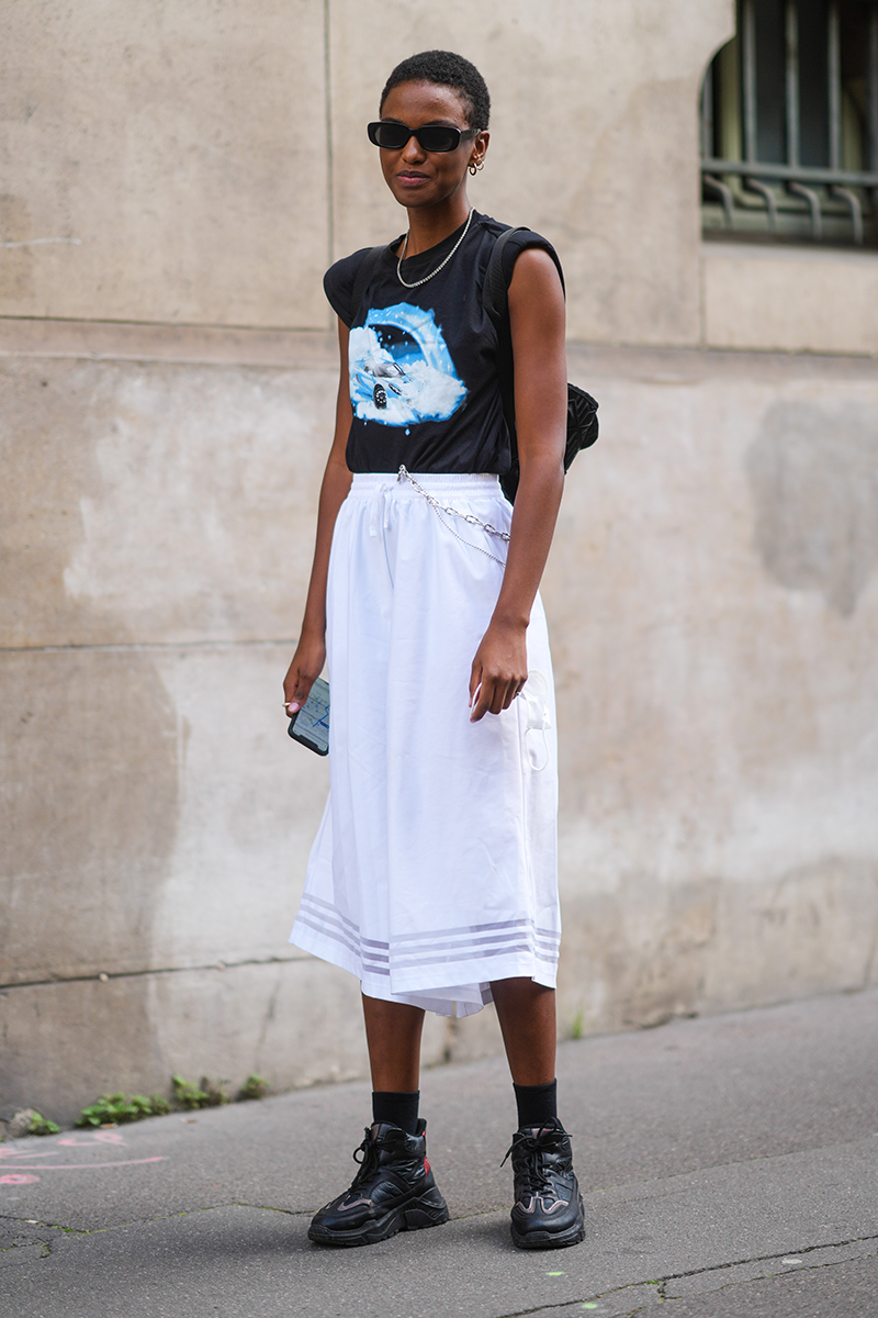 <p>This look is practically made for a creative office, with mid-length bottoms and a graphic t-shirt with rolled sleeves and edgy trainers to match.</p>