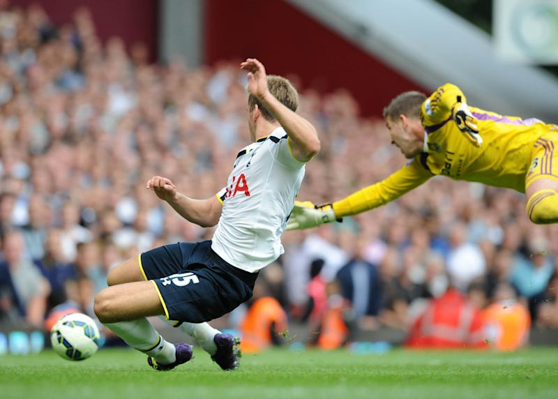 Tottenham Hotspur's English defender Eric Dier (L) goes round West Ham United's Spanish goalkeeper Adrian (R) to score the only goal of their match on August 16, 2014