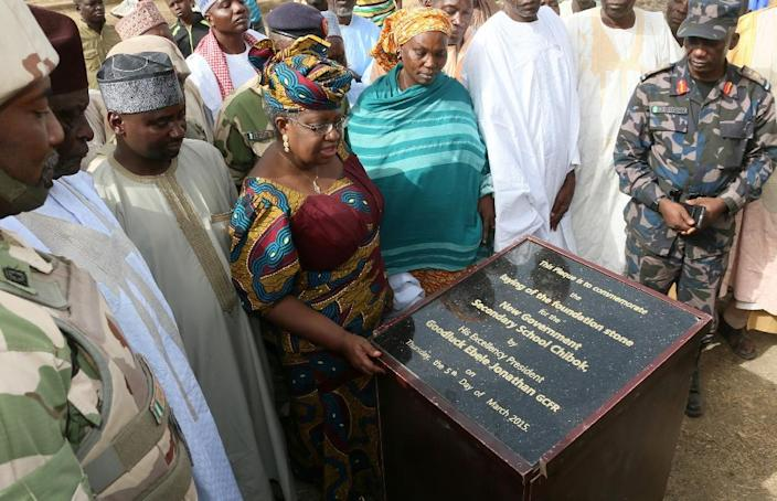 Minister of Finance Ngozi Okonjo-Iweala (C) unveils a plaque after laying the foundation for new classrooms at a school burned out by Boko Haram Islamist fighters in Chibok, Nigeria, March 5, 2015 (AFP Photo/Sunday Aghaeze)