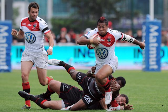 Toulon's Samoan wing David Smith (C) breaks away from Lyon's French wing Remy Grosso and hooker Tony Testa during the French Top 14 rugby union match Lyon vs. Toulon on May 12, 2012 in Lyon. AFP PHOTO PHILIPPE MERLEPHILIPPE MERLE/AFP/GettyImages