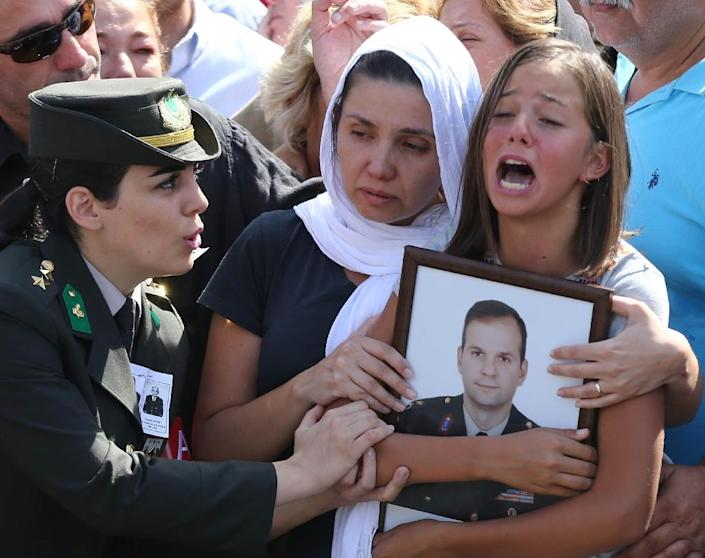 The wife of the victim, Burcu Guzel (C) and the daughter Sude Guzel (R) mourn during the funeral ceremony of Turkish Major Yavuz Sonat Guzel, killed in a Kurdistan Workers' Party (PKK) attack (AFP Photo/Adem Altan)