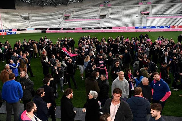 Supporters and stade Francais' players demonstrate on March 13, 2017 at the Stade Jean Bouin in Paris after French rugby giants Racing 92 and Stade Francais announced a shock merger.French rugby giants Racing 92 and Stade Francais, winners of the last two Top 14 titles, on March 13, 2017 announced a shock merger that will leave many top stars looking for new teams. Racing and Stade Francais are two of the biggest rivals in the French championship and the merger from next season came as a lightning bolt for European rugby. (AFP Photo/CHRISTOPHE SIMON)