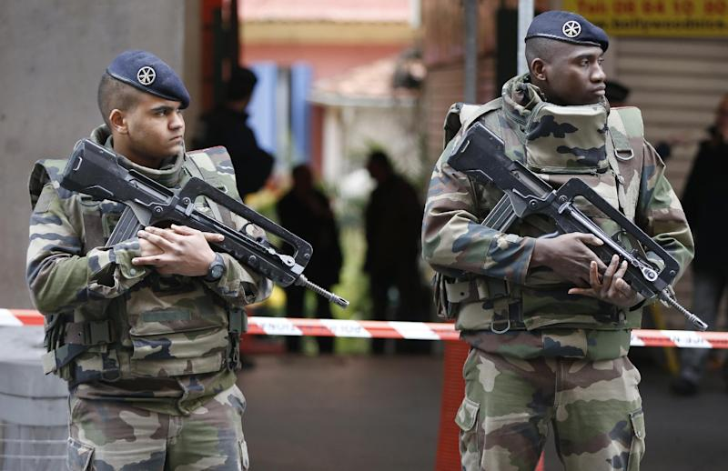 French soldiers stand guard after a knife attack on three colleagues outside a Jewish Community Center in Nice, on February 3, 2015 (AFP Photo/Valery Hache)