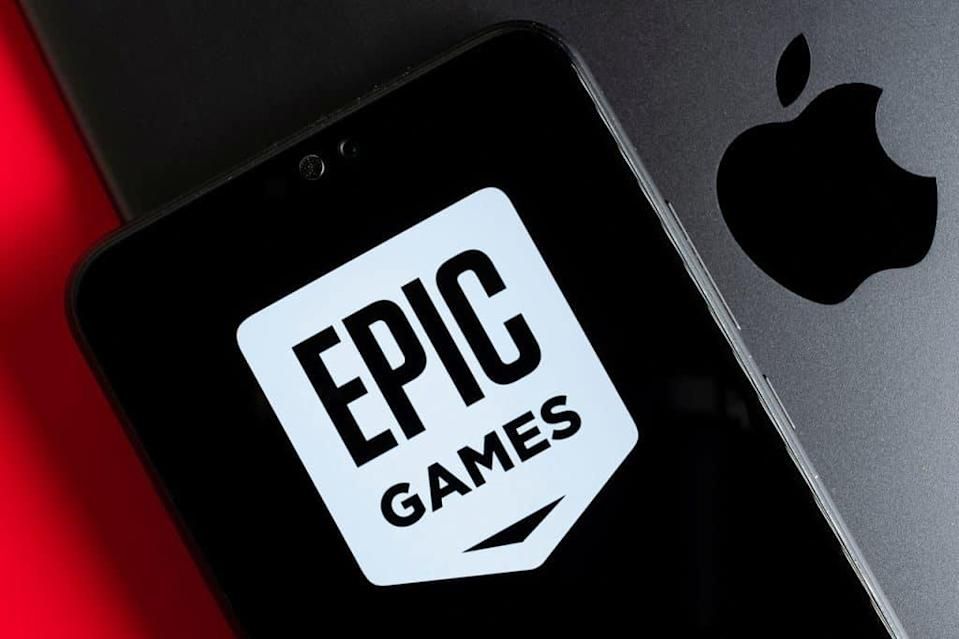 Logo da Apple ao lado do logo da Epic Games