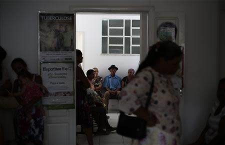 REFILE - CORRECTING DATE Patients wait to see Cuban doctor Eliza Barrios Calzadilla at the Health Center in the city of Itiuba in the state of Bahia, north-eastern Brazil, November 20, 2013. REUTERS/Ueslei Marcelino