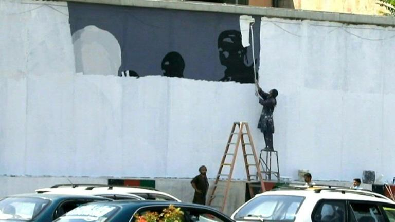 Taliban removes and repaints walls in Kabul (AFP/STRINGER)