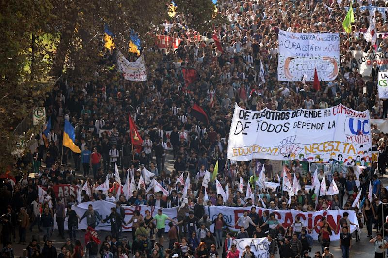 Thousands of students take part in a protest of education conditions in Santiago on April 16, 2015 (AFP Photo/Martin Bernetti)