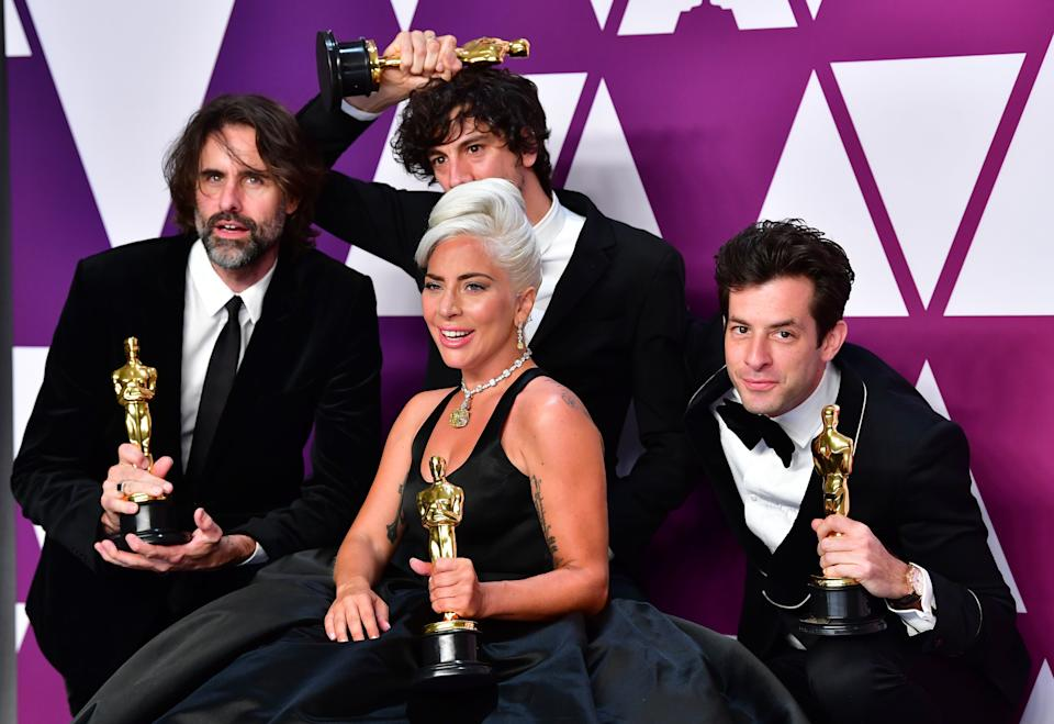 "Los ganadores de Mejor Canción Original, por ""Shallow"" de la cinta ""A Star is Born"" Lady Gaga, Mark Ronson, Anthony Rossomando y Andrew Wyatt (Getty Images)"
