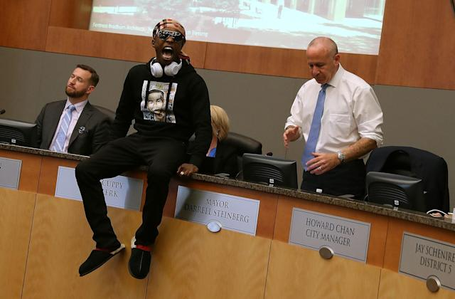 <p>Stevante Clark, brother of Stephon Clark, disrupts a special city council meeting at Sacramento City Hall on March 27, 2018 in Sacramento, Calif. Hundreds packed a special city council at Sacramento City Hall to address concerns over the shooting death of Stephon Clark by Sacramento police. (Photo: Justin Sullivan/Getty Images) </p>