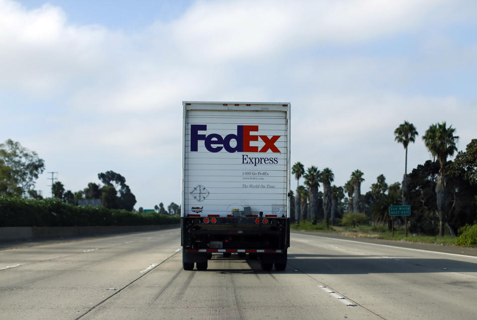 A Federal Express truck makes its way down a freeway in San Diego, California August 22, 2014.     REUTERS/Mike Blake (UNITED STATES - Tags: TRANSPORT BUSINESS LOGO)