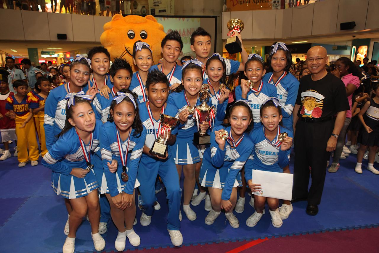 Westwood Secondary School's cheerleading squad, Upbeats, together with Singa and Dr William Wan, General Secretary of the Singapore Kindness Movement.
