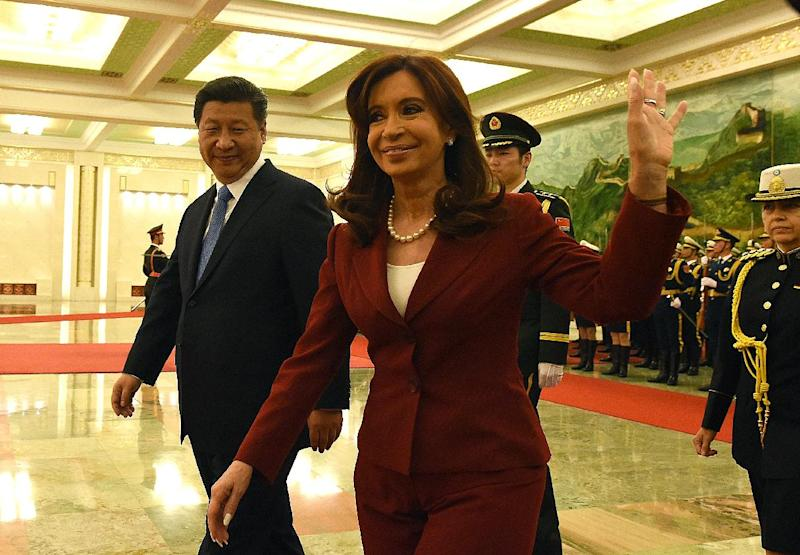Argentina's President Cristina Kirchner (C) waves as Chinese President Xi Jinping accompanies her during the welcoming ceremony at the Great Hall of the People in Beijing, on February 4, 2015 (AFP Photo/Goh Chai Hin)