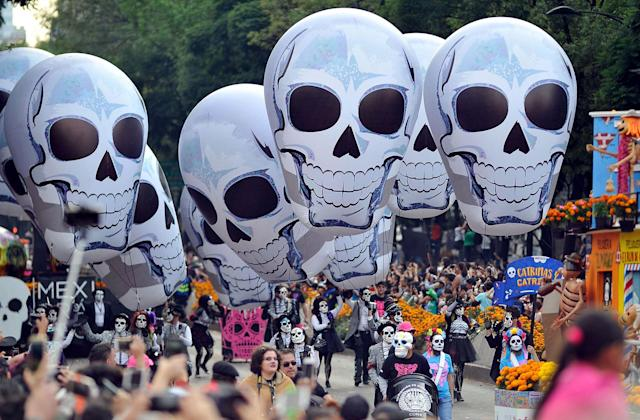 <p>People take part in the Day of the Dead parade in Mexico City on Oct. 28, 2017. (Photo: Victor Cruz/AFP/Getty Images) </p>