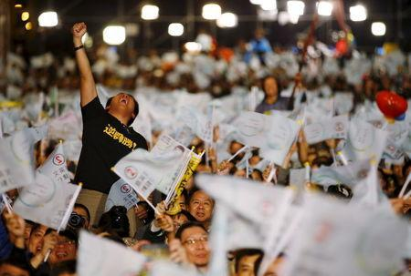 A supporter of Democratic Progressive Party (DPP) Chairperson and presidential candidate Tsai Ing-wen celebrates to preliminary results at their party headquarters in Taipei, Taiwan January 16, 2016. REUTERS/Damir Sagolj