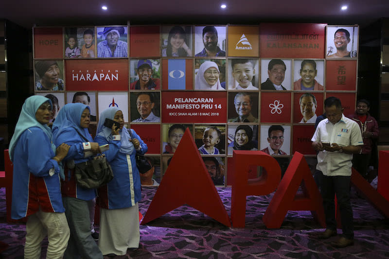 In its Buku Harapan, PH did not elaborate on these brief 10-pointers, but it did lay out more details in its additional 60 promises to be fulfilled in five years. — Picture by Yusof Mat Isa