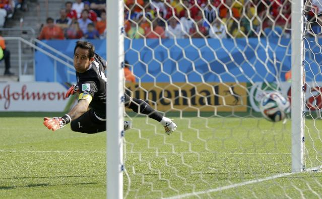Chile's goalkeeper Claudio Bravo fails to save a goal by Leroy Fer (not seen) of the Netherlands during their 2014 World Cup Group B soccer match at the Corinthians arena in Sao Paulo June 23, 2014. REUTERS/Maxim Shemetov (BRAZIL - Tags: SOCCER SPORT WORLD CUP)