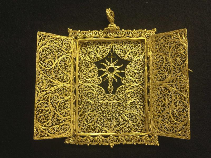A high karat gold Pyx which was believed to have been hand crafted in the late 1600's - early 1700's for transporting a Eucharist (communion wafer) is seen in an undated handout photo from 1715 Fleet-Queen's Jewels. A Florida family of treasure hunters on Tuesday will display their latest finding from a 300-year-old shipwreck: the missing piece of an ornate gold holder used by clergy to hold the Eucharist for visits to the sick or infirm. REUTERS/1715 Fleet-Queen's Jewels, LLC/Handout (UNITED STATES - Tags: SOCIETY) ATTENTION EDITORS - THIS IMAGE HAS BEEN SUPPLIED BY A THIRD PARTY. IT IS DISTRIBUTED, EXACTLY AS RECEIVED BY REUTERS, AS A SERVICE TO CLIENTS. NO SALES. NO ARCHIVES. FOR EDITORIAL USE ONLY. NOT FOR SALE FOR MARKETING OR ADVERTISING CAMPAIGNS