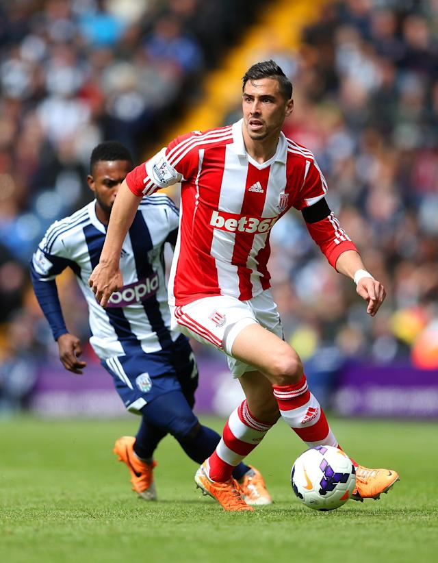 WEST BROMWICH, ENGLAND - MAY 11: Geoff Cameron of Stoke City is watched by Stephane Sessegnon of West Bromwich Albion during the Barclays Premier League match between West Bromwich Albion and Stoke City at The Hawthorns on May 11, 2014 in West Bromwich, England. (Photo by Scott Heavey/Getty Images)