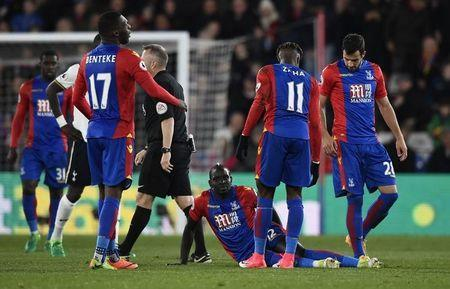 Britain Soccer Football - Crystal Palace v Tottenham Hotspur - Premier League - Selhurst Park - 26/4/17 Crystal Palace's Mamadou Sakho sustains an injury as teammates look on Reuters / Dylan Martinez Livepic