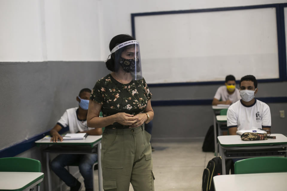 RIO DE JANEIRO, BRAZIL - NOVEMBER 24: A teacher wearing a face mask speaks during a class at the Municipal School of Application Carioca Coelho, in the neighborhood of Ricardo de Albuquerque on November 24, 2020 in Rio de Janeiro, Brazil. Schools in Rio de Janeiro continue with the gradual reopening that began on November 17, after eight months due to the coronavirus pandemic. Only some students are resuming face-to-face activities, following strict protocols and with a limit of students per shift. (Photo by Bruna Prado/Getty Images)