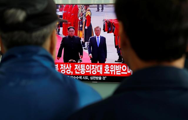 <p>People watch a TV showing a live broadcast of the inter-Korean summit, at a railway station in Seoul, South Korea, April 27, 2018. (Photo: Jorge Silva/Reuters) </p>