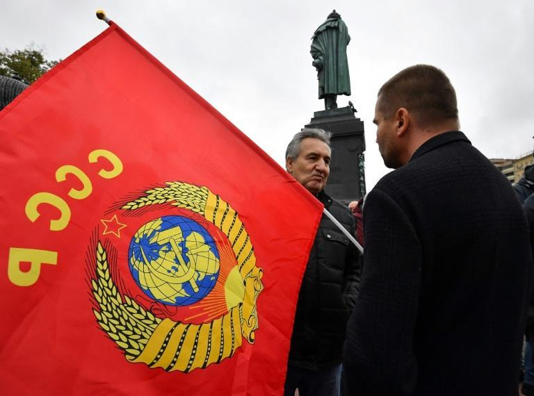 Many Russians in Moscow and elsewhere backed the Communists as a form of protest voting (AFP/Yuri KADOBNOV)