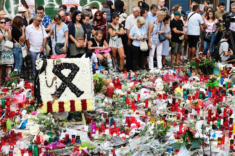 Flowers and candles are laid out on Las Ramblas boulevard in Barcelona in tribute to victims of the twin attacks in Spain (AFP Photo/JAVIER SORIANO)