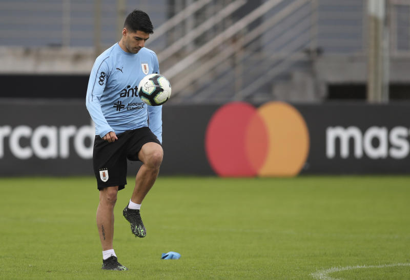Uruguay's Luis Suarez juggles the ball with his thigh during a practice session in Porto Alegre, Brazil, Wednesday, June 19, 2019. Uruguay will face Japan tomorrow in a Copa America Group C soccer match. (AP Photo/Edison Vara)