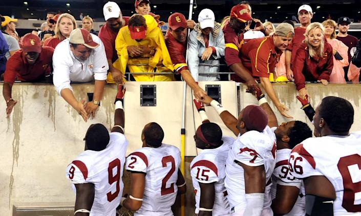 """USC football players greet family at a game before the pandemic. <span class=""""copyright"""">(Wally Skalij / Los Angeles Times)</span>"""