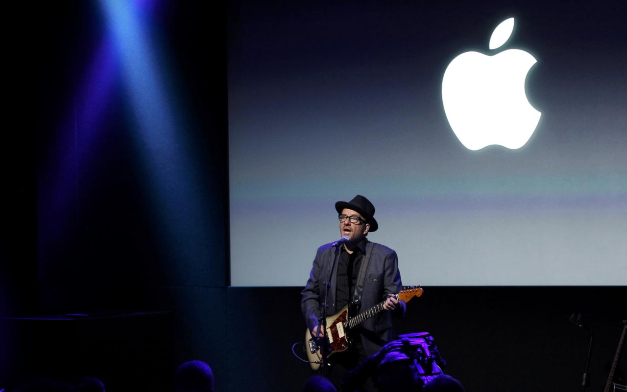 Singer Elvis Costello performs during Apple Inc's media event in Cupertino, California September 10, 2013. REUTERS/Stephen Lam (UNITED STATES - Tags: BUSINESS SCIENCE TECHNOLOGY BUSINESS TELECOMS ENTERTAINMENT)