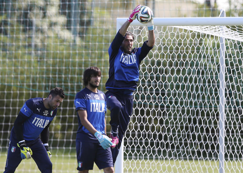 Sirigu to start in goal for Italy against England