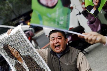 A supporter shouts among pictures of Taiwan's Democratic Progressive Party (DPP) Chairperson and presidential candidate Tsai Ing-wen as her campaign motorcade passes by, in New Taipei City, Taiwan January 13, 2016. REUTERS/Damir Sagolj