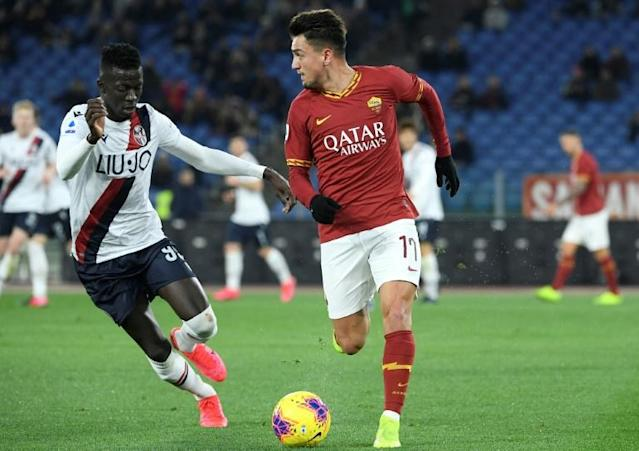 Musa Barrow (L) of Bologna pursues Cengiz Under of Roma (AFP Photo/Filippo MONTEFORTE)