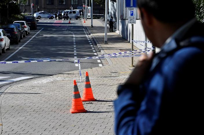 A security perimeter is set up at the scene where two police officers were stabbed on October 5, 2016 in the Schaerbeek neighbourhood of Brussels (AFP Photo/Dirk Waem)