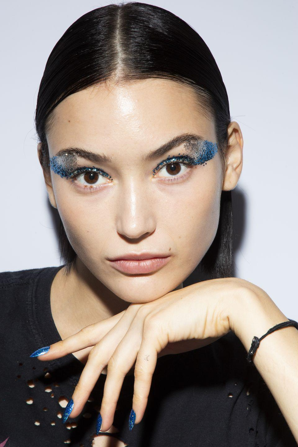 <p>The glitter trend may never die. Case in point: Tadashi Shoji's galaxy-inspired glittery eyes and nails.</p>