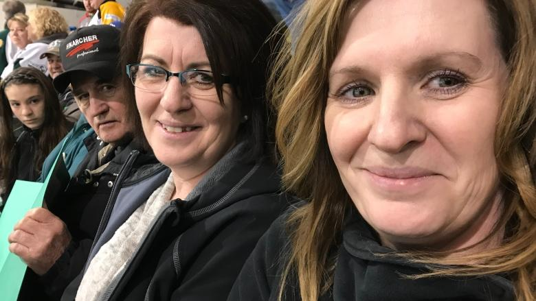 Hockey night in Nipawin brings comfort and companionship 1 week after Humboldt Broncos bus crash