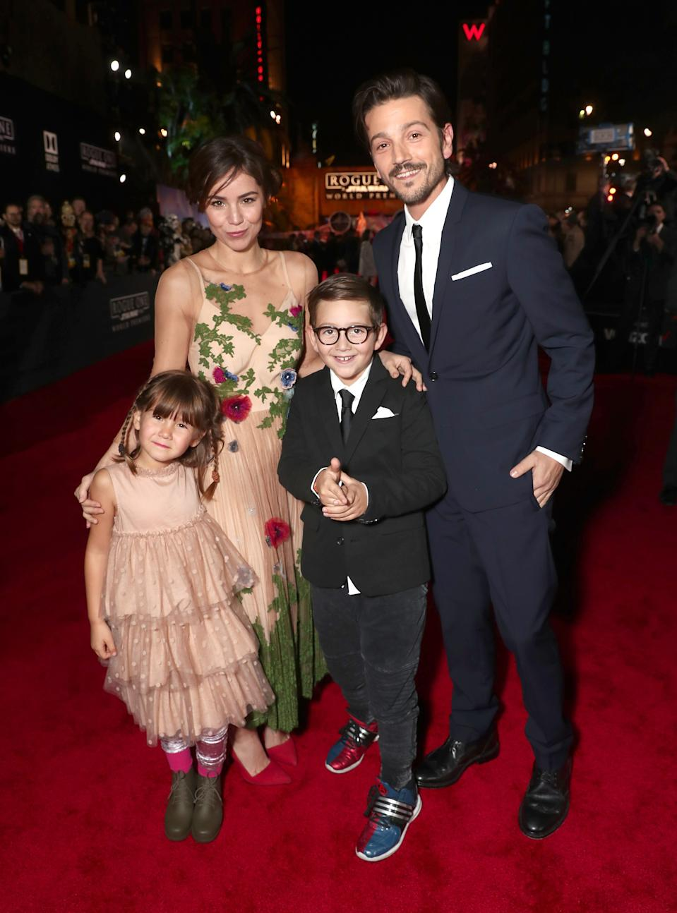 Diego Luna y Camila Sodi con sus hijos en el 2016. (Photo by Todd Williamson/Getty Images)