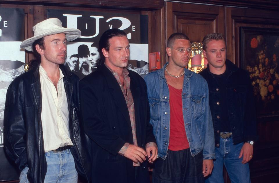 """U2"", irische Rockband, bei der Pressekonferenz zum Album ""The Joshua Tree"" in München, Deutschland 1987. Irish rock band ""U2"" at a press conference for album ""The Joshua Tree"" in Munich, Germany 1987. (Photo by Fryderyk Gabowicz/picture alliance via Getty Images)"