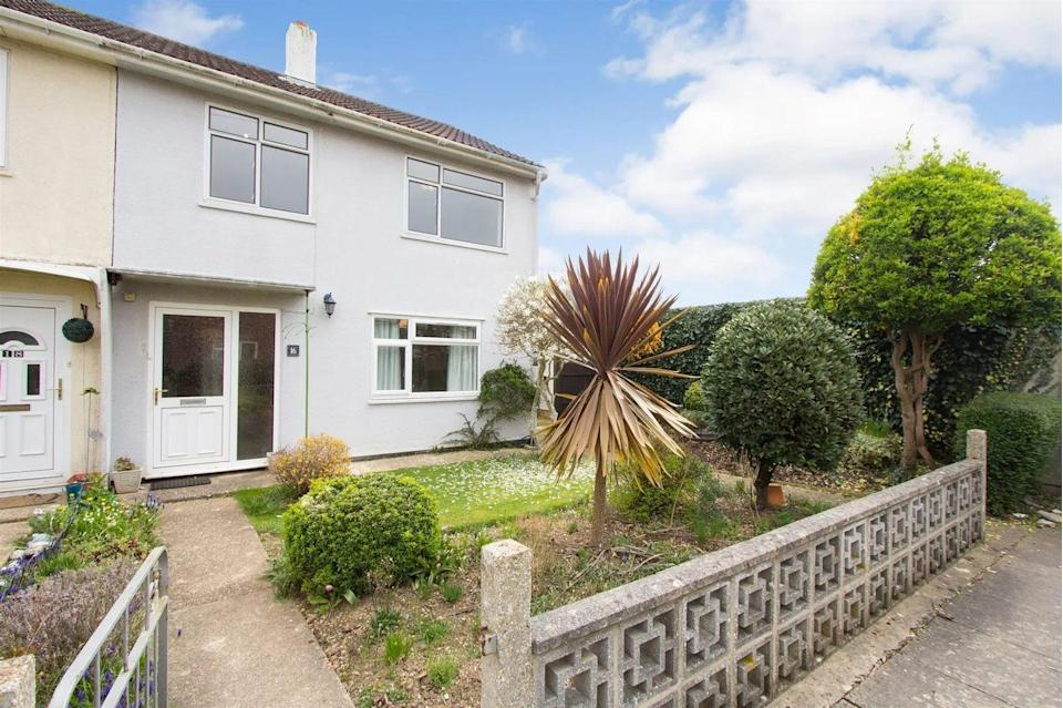 """<p>On the market for £195,000, this Somerset <a href=""""https://www.housebeautiful.com/uk/lifestyle/property/"""" rel=""""nofollow noopener"""" target=""""_blank"""" data-ylk=""""slk:property"""" class=""""link rapid-noclick-resp"""">property</a> has the most inviting gardens. It might need some updating inside, but don't let that put you off: occupying an enviable and generous corner plot, it has two reception rooms, a <a href=""""https://www.housebeautiful.com/uk/decorate/kitchen/a35863784/new-kitchen-save-spend-money/"""" rel=""""nofollow noopener"""" target=""""_blank"""" data-ylk=""""slk:kitchen"""" class=""""link rapid-noclick-resp"""">kitchen</a> and an outdoor space packed with colour. </p>"""