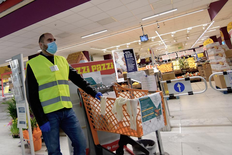 """ROME, ITALY -APRIL 03: Volunteers from the Town Hall VII Cinecittà collect donations of food in front of a supermarket which will then be distributed to families and people in difficulty, the initiative is called """"Spesa Solidale""""(Solidarity shopping), on April 03, 2020 in Rome, Italy. The Italian government continues to enforce the nationwide lockdown measures to control the spread of COVID-19. (Photo by Simona Granati - Corbis/Corbis via Getty Images)"""