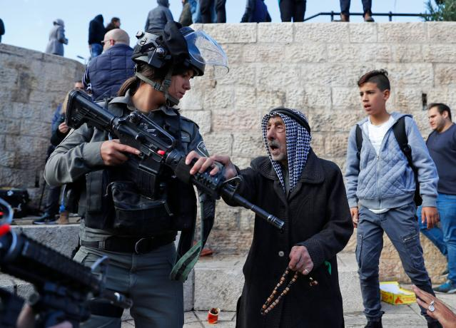 <p>Israeli forces disperse Palestinian protesters outside Damascus Gate in Jerusalem's Old City on Dec. 7, 2017. (Photo: Ahmad Gharabli/AFP/Getty Images) </p>