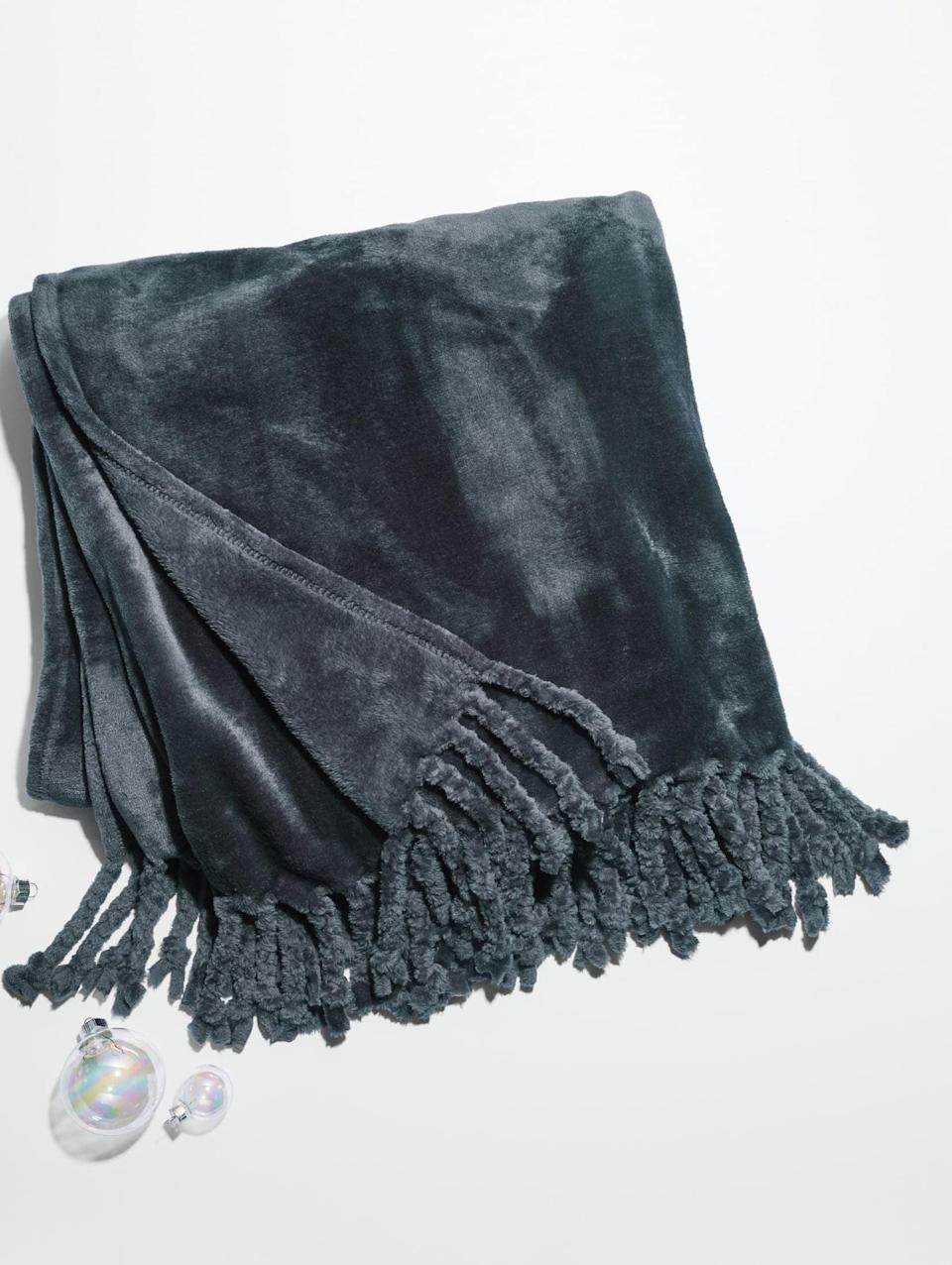 <p>If you're shopping for someone who loves home decor, then the <span>Nordstrom Nordstrom Bliss Plush Throw</span> ($40) is a great choice. Plus, it's a popular product that currently has over 2,000 rave reviews.</p>