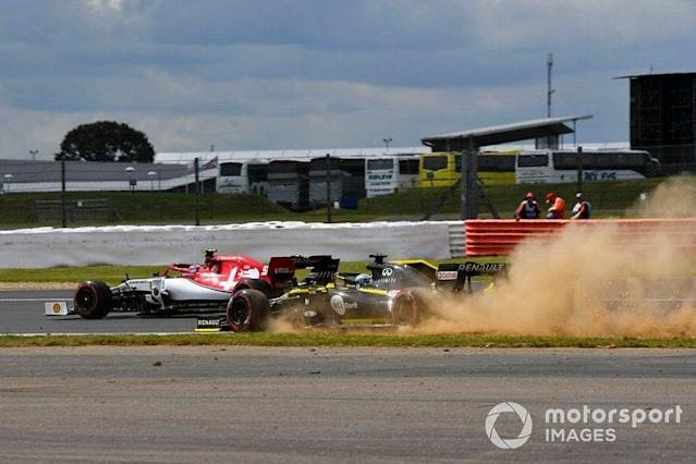 "Nico Hulkenberg, Renault F1 Team R.S. 19 runs wide and Antonio Giovinazzi, Alfa Romeo Racing C38 <span class=""copyright"">Mark Sutton / Sutton Images</span>"