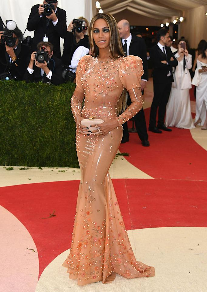 <p>All'ultima edizione dei Met Gala la star era fasciata in un vestito Givenchy in latex color pesca. </p>