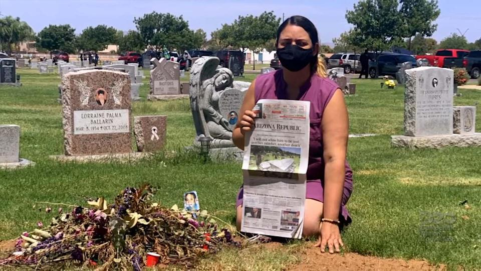 Kristin Urquiza hold a copy of her father's obituary at his gravesite (photo: youtube)